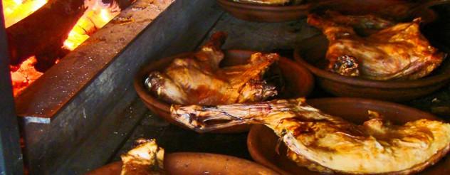 lechazo, cabrito o cochinillo en autentico horno de leña, en Asador Riegu